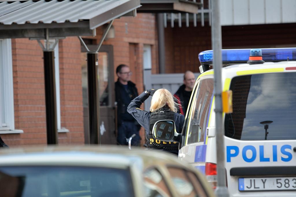 Polisisatts efter knivskärning